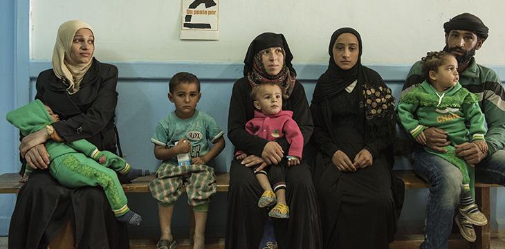 Tabqa, Famiglie in attesa nell'ospedale. Ottobre 2017. Foto di Alessio Romenzi/UPP